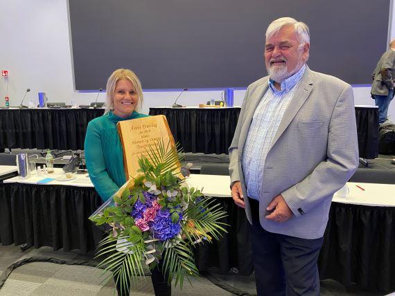 Tina Gabrielsen mottok prisen på vegne av travlaget under DNTs generalforsamling. Her er Gabrielsen sammen med styreleder Knut Weum.